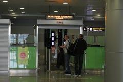 Passagers pendant le contrôle de passeport à l'aéroport Boryspil, Ukraine, 10 09 2017 Photo libre de droits