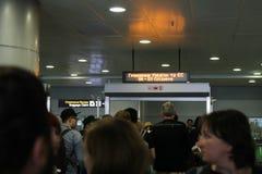 Passagers pendant le contrôle de passeport à l'aéroport Boryspil, Ukraine, 10 09 2017 Photos stock
