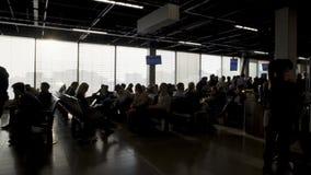 Passagers s'asseyant au salon de départ et à l'embarquement de attente, terminal clips vidéos