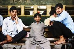 Passagers s'asseyant sur un banc et attendant leur train Photo libre de droits