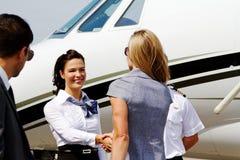 Passagers salué par l'équipage des aéronefs Image stock