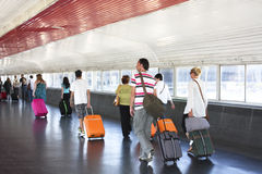 Passagers se précipitant à la connexion. Photographie stock