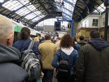 Passagers sortant des trains dessus à une plate-forme de station de train de Brighton images libres de droits