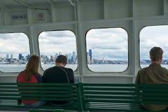 Passagers sur le ferry approchant Seattle, WA, Etats-Unis photographie stock libre de droits