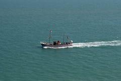 Passagers transportants en bac d'un bateau de touristes en mer Photographie stock libre de droits