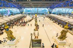 Passagers vérifiant le programme de vol sur des diagrammes d'aéroport à l'aéroport de Suvarnabhumi Image libre de droits