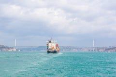 Passages énormes de bateau-citerne ou de conteneur de cargo images stock