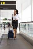 Passages de femme d'affaires à l'aéroport Photographie stock