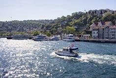 Passages de yacht devant le voisinage classieux Images libres de droits