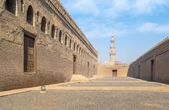 Passages entourant la mosquée d'Ibn Tulun avec le minaret de la mosquée d'Amir Sarghatmish à la distance lointaine, le Caire médi Image stock