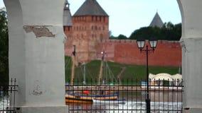 Passaggi della barca a vela dalla fortezza sul fiume Fotografia Stock Libera da Diritti