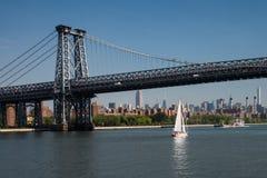 Passaggi della barca a vela sotto il ponte di Williamsburg New York City Fotografie Stock Libere da Diritti