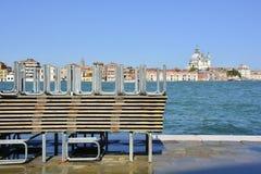 Passaggi pedonali alzati dell'inondazione a Venezia Fotografia Stock Libera da Diritti