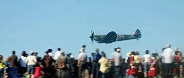 Passaggio a basso livello dello Spitfire sopra la folla Fotografia Stock