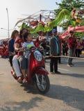 Passaggio casuale della famiglia dalla processione del carnevale dell'annuale di Sihanoukville Fotografia Stock