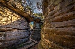 Passaggio con il passaggio pedonale di legno in labirinto di pietra Bledne skaly fotografia stock libera da diritti