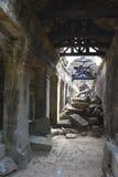 Passaggio crollato a Preah Khan, Cambogia Immagine Stock