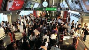 Passaggio dei viaggiatori di ferrovia attraverso una stazione ferroviaria Immagini Stock Libere da Diritti