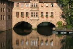 Passaggio del fiume nell'architettura urbana Immagini Stock