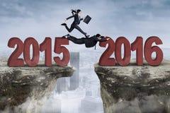 Passaggio del gruppo di affari la lacuna con i numeri 2015 e 2016 Fotografia Stock