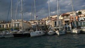 Passaggio dell'imbarcazione a vela lungo la costa dell'isola di Poros, mar Egeo archivi video