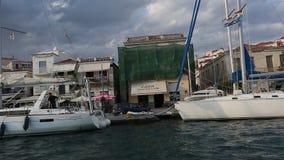 Passaggio dell'imbarcazione a vela lungo la costa dell'isola di Poros, mar Egeo stock footage