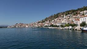 Passaggio dell'imbarcazione a vela lungo la costa dell'isola di Poros, mar Egeo, Grecia video d archivio