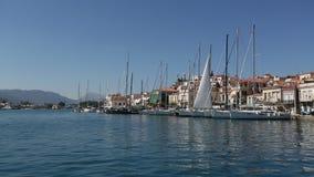 Passaggio dell'imbarcazione a vela lungo la costa dell'isola di Poros, mar Egeo, Grecia stock footage