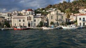 Passaggio dell'imbarcazione a vela lungo la costa dell'isola di Poros, mar Egeo, vista dal crogiolo di yacht stock footage