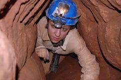Passaggio della caverna con un caver Fotografia Stock