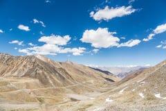 Passaggio della La di Khardung (5602m) fra Leh e la valle di Nubra in ragazzo Immagine Stock Libera da Diritti