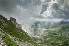 Passaggio della mucca dal rifugio di Tito Secchi in Valsabbia, Brescia, I fotografia stock