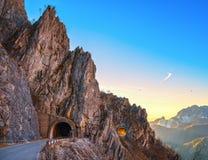 Passaggio della strada della montagna di Alpi Apuane e doppia vista del tunnel al tramonto Immagini Stock