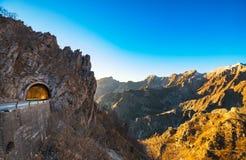 Passaggio della strada della montagna di Alpi Apuane e vista del tunnel al tramonto Carrar Fotografia Stock