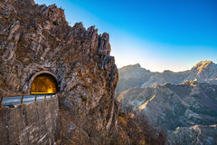 Passaggio della strada della montagna di Alpi Apuane e vista del tunnel al tramonto Carrar Fotografie Stock