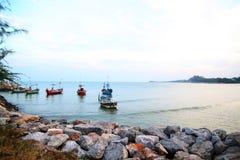 Passaggio della tempesta di speranza dalla barca vivente sui precedenti della spiaggia Fotografia Stock