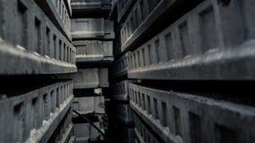 Passaggio dentro un labirinto di calcestruzzo Fotografia Stock Libera da Diritti