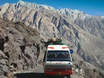 Passaggio di alta montagna della La di Khardung 5359 m. a S L nella regione di Ladakh, l'India Fotografia Stock Libera da Diritti
