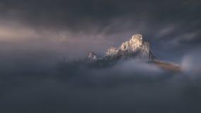 Passaggio di alta montagna nell'umore nebbioso drammatico Fotografie Stock Libere da Diritti