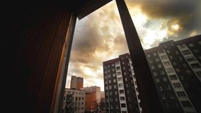Passaggio di giorno vicino in città Vista dalla finestra di costruzione Nubi grige Timelapse stock footage