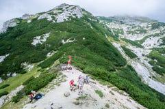 Passaggio di Studor, alpi di Julian, Slovenia - Avgust 18, 2012: Ricerca delle viandanti Immagine Stock Libera da Diritti