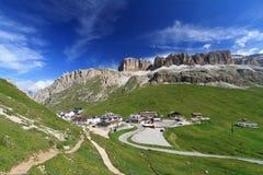 Passaggio e montagna di Pordoi Immagini Stock