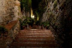Passaggio e scale stretti alla notte a San Gimignano, Italia Fotografia Stock