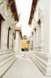 Passaggio fra le costruzioni del tempio Immagine Stock Libera da Diritti