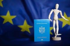Passaggio moldovan e figurina fittizia di legno sulla bandiera europea fotografia stock libera da diritti
