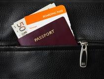 Passaggio, passaporto e contanti di imbarco Fotografia Stock
