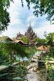 Passaggio pedonale al tempio di legno fotografie stock