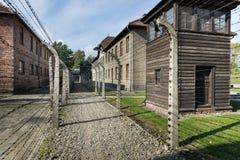 Passaggio pedonale all'aperto allineato con filo spinato elettrificato nel campo II di Auschwitz Fotografia Stock