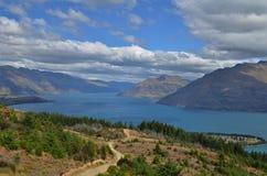 Passaggio pedonale alla sommità della collina di Queenstown con la vista sul lago Waktipu, Nuova Zelanda immagine stock libera da diritti