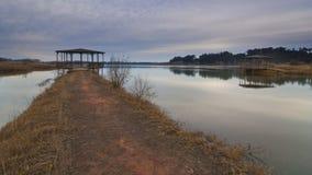 Passaggio pedonale attraverso il lago immagine stock